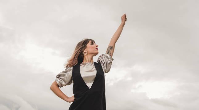 La cantante pamplonesa Maialen Gurbindo López, conocida por su nombre artístico Chica Sobresalto, lanza hoy su nuevo disco Sinapsis; una fusión entre ciencia y alma.