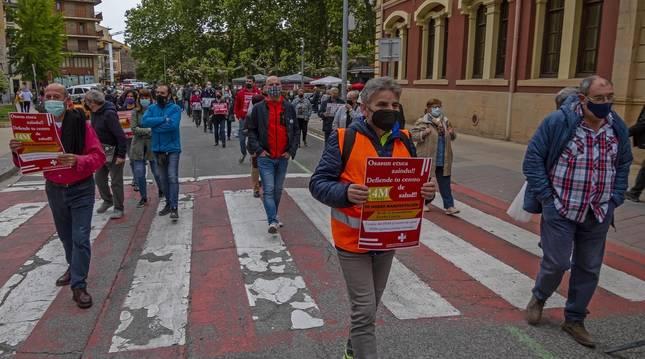 Los manifestantes a la altura del paseo de La Inmaculada, en la manifestación que tuvo lugar el viernes en Estella y que partió del ayuntamiento.