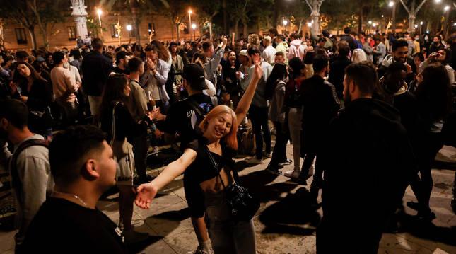 Un grupo de jóvenes recibe el pasado fin de semana la cancelación del estado de alarma con una concentración festiva en el centro de Barcelona.