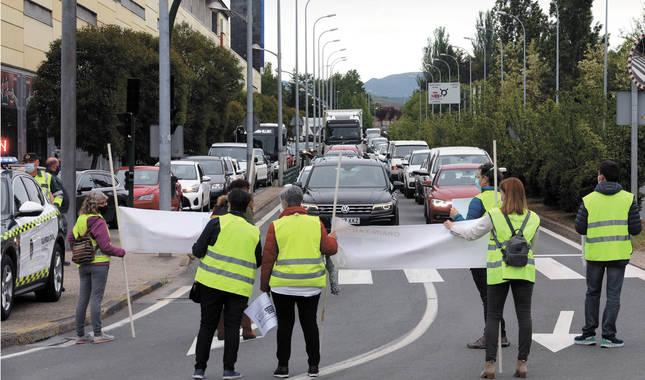 Imagen de la protesta llevada a cabo en uno de los carriles, a la altura de Huarte.