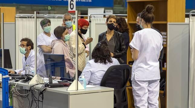 La presidenta del Gobierno de Navarra, María Chivite, ha visitado las instalaciones para la vacunación contra el coronavirus en la UPNA acompañada por la consejera de Salud, Santos Induráin, y el rector de la UPNA, Ramón Gonzalo.