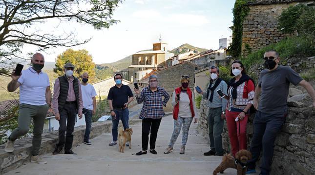 Vecinos de Gallipienzo que ya disponen de banda ancha posan en la parte alta del casco antiguo.