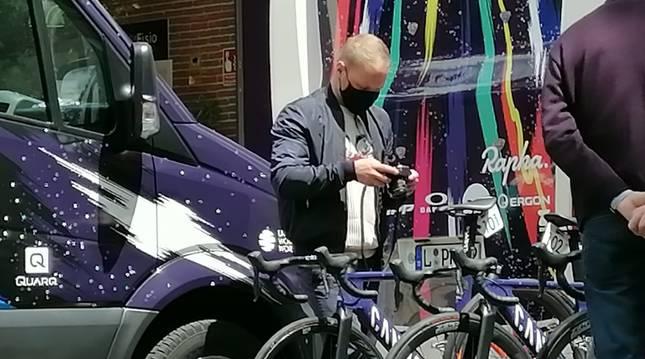 Valtteri Bottas fotografía una bicicleta durante su estancia en Navarra.