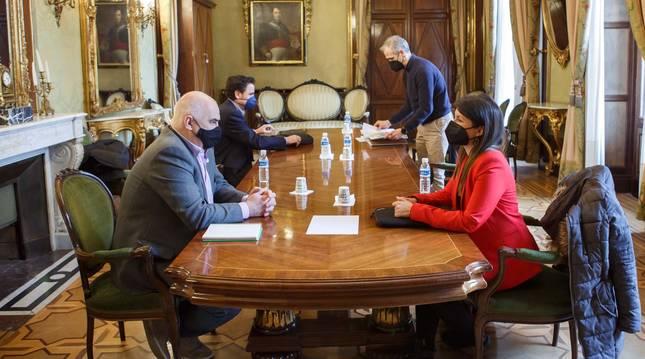 Un momento de la reunión entre José María Aierdi y Lourdes San Miguel.
