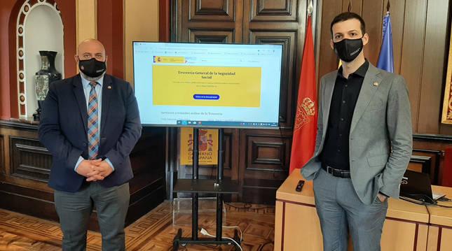 El delegado del Gobierno en Navarra, José Luis Arasti, y el director provincial de la Tesorería General de la Seguridad Social, Rashid Mohamed.