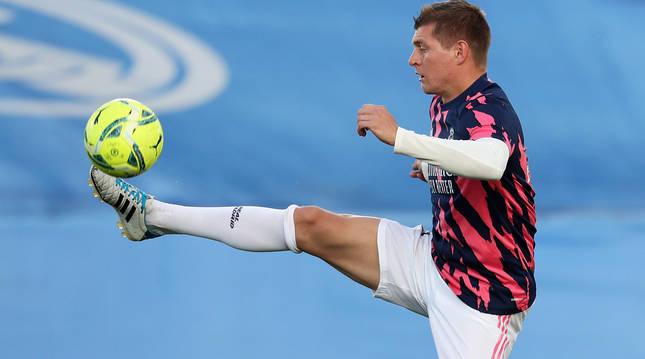 Toni Kroos controla el balón durante un entrenamiento previo a un choque anterior del Real Madrid.