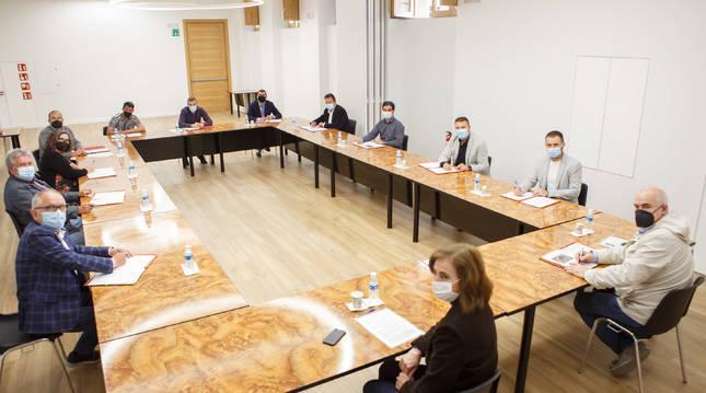 El vicepresidente Aierdi, la directora general Izaskun Abril, y representantes de los ayuntamientos de Tierra Estella.