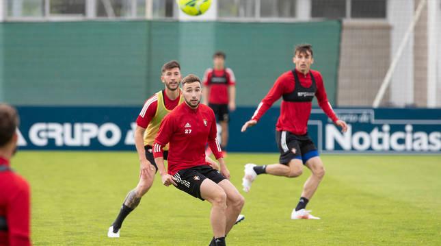 Moncayola observa el balón delante de David García y Budimir en la sesión previa al partido de esta tarde.