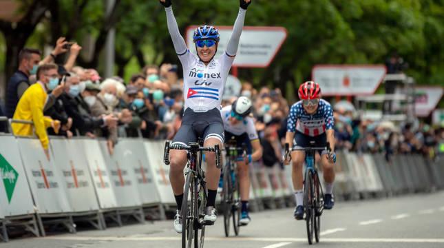 La cubana Arlenis Sierra celebra su victoria en Pamplona, con la americana Winder y Van Vleuten detrás en el esprint final de la carrera.