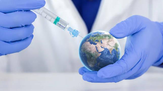 Simulación de un sanitario inyectando una vacuna a la Tierra.