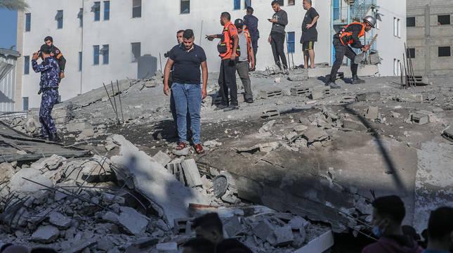 Palestinos, en las ruinas de un edificio derruido en la ciudad de Gaza.
