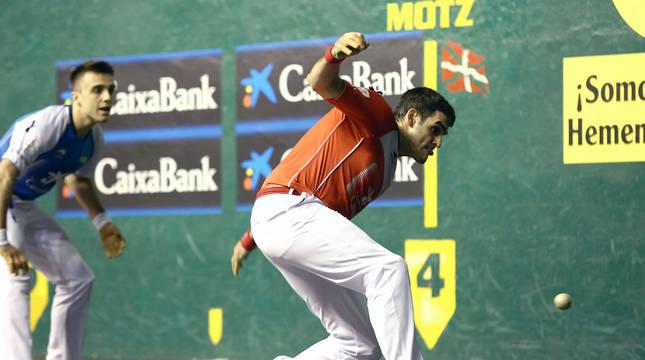 Joseba Ezkurdia golpea a una pelota en presencia de Peña II ayer por la noche en Azkoitia.