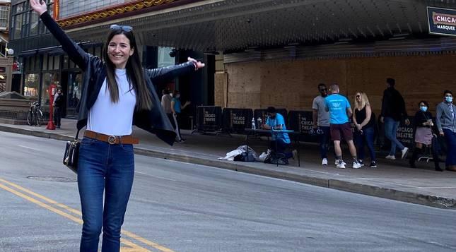 Marta Alfaro, delante del teatro de Chicago.