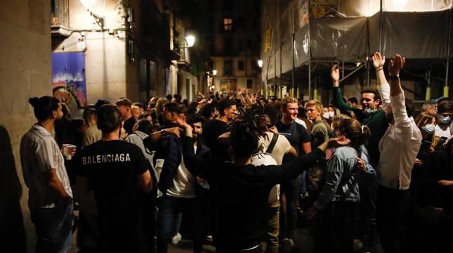 La Guardia Urbana de Barcelona, en actuaciones conjuntas con los Mossos d'Esquadra, ha desalojado a 9.055 personas desde las 22.00 horas del sábado hasta las 6.00 del domingo.