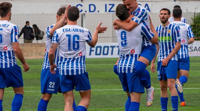 Javi Gómez abraza a Gorka Laborda tras el primer tanto del partido que anotó el delantero navarro con un remate de cabeza en el minuto 17 del partido.