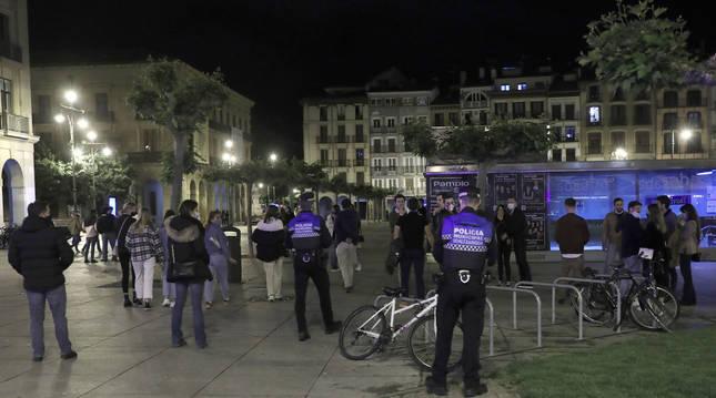 Agentes de la Policía Municipal el sábado en la Plaza del Castillo en Pamplona.