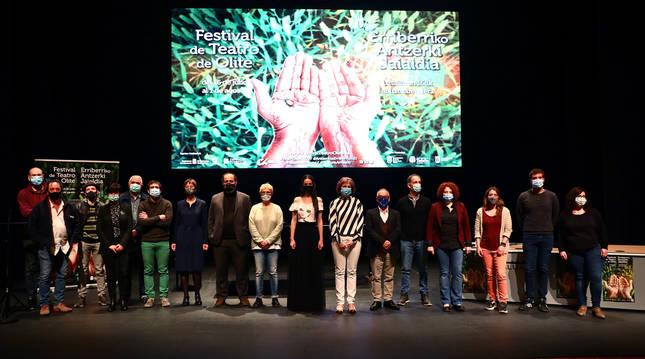 Participantes y organizadores del Festival de Olite, reunidos ayer en el escenario de la Sala de Cámara de Baluarte.