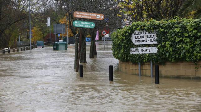 Imágenes del río desbordado en Villava en diciembre de 2019.