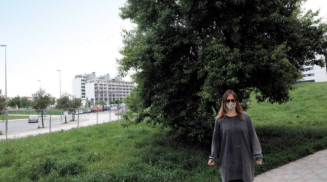 Silvia de la Gala Antón, junto al peral que se prevé retirar con las obras del aparcamiento del solar.