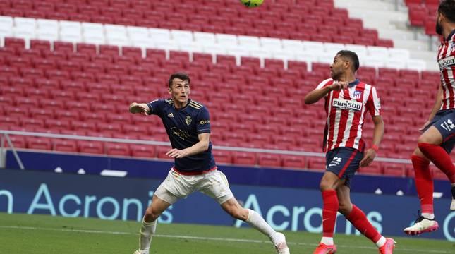 Budimir coge la espalda a Lodi y prepara el cabezazo que supuso el 0-1.