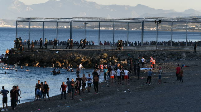 Más de 3.000 marroquíes entran irregularmente en Ceuta ante la pasividad de las fuerzas de seguridad del país vecino