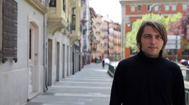 Juan Soto Ivars, en la calle Nueva de Pamplona, donde posó para esta entrevista.