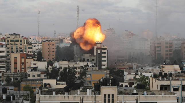 Un edificio en llamas tras un ataque en Gaza.