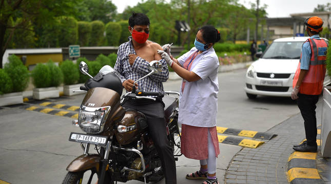 Foto del proceso de vacunación en Gautam Budh Nagar, India.
