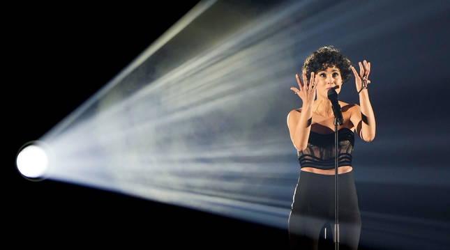 Barbara Pravi, en una actuación con su tema 'Voilà'.