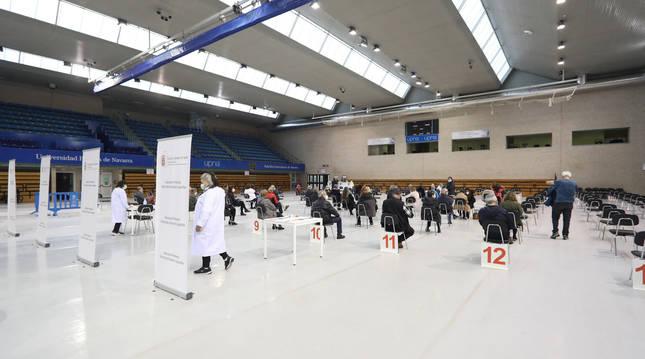 'Vacunódromo' en el polideportivo de la UPNA (Pamplona).