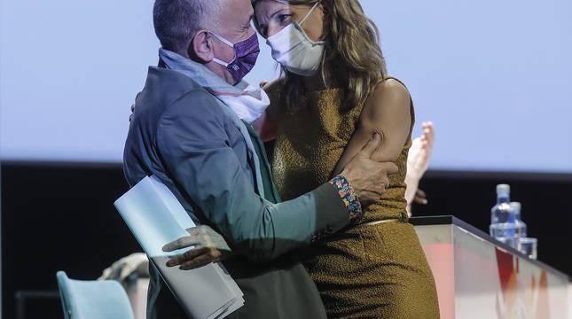 La vicepresidenta tercera y Ministra de trabajo y Economía Social, Yolanda Díaz; se abraza con el secretario General de UGT, Pepe Álvarez.