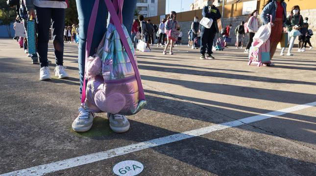 Un grupo de escolares espera su turno con distancia social para entrar al centro en el Colegio Público Griseras, de Tudela.