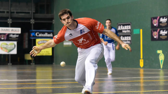 Zabaleta golpea a una pelota en el ancho con Darío al fondo.