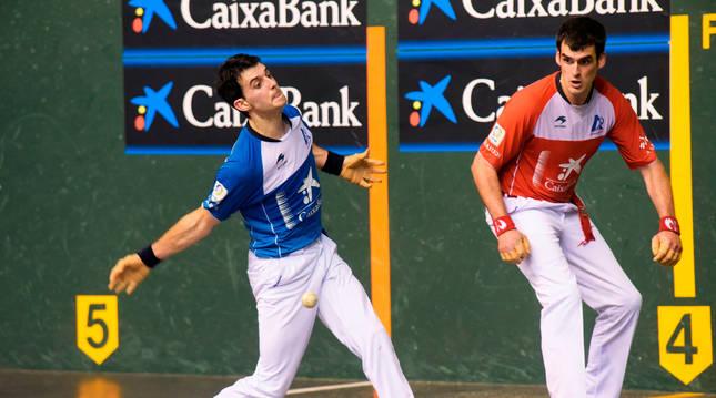 Joseba Ezkurdia mira cómo Jokin Altuna golpea a la pelota ayer en el Atano III.