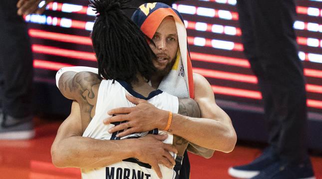 Ja Morant y Stephen Curry se abrazan al finalizar el encuentro.