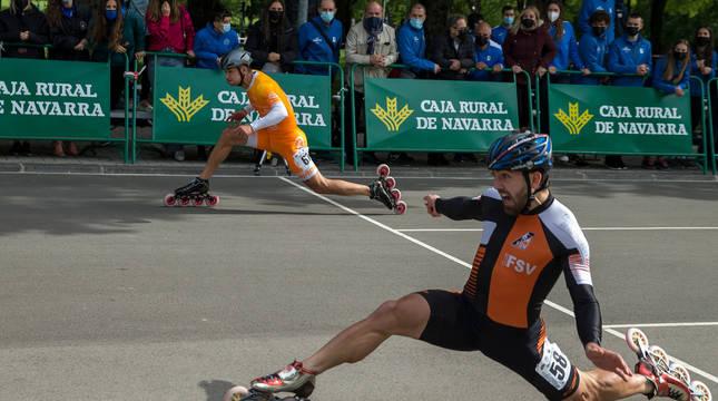 Ioseba Fernández (de naranja) y Sebastián Guzmán a la llegada de la final de los 100 esprint.