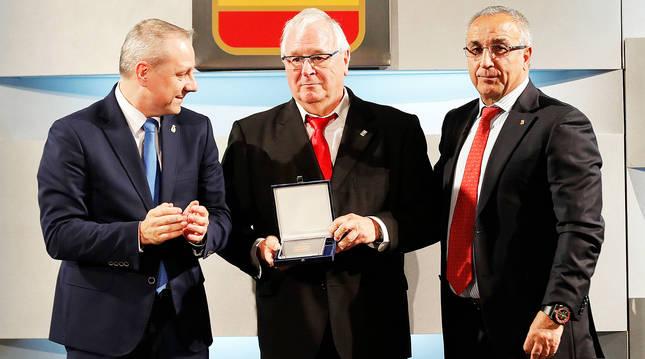 Jesús Aranaz (centro) el día que le concedieron la insignia olímpica del COE en mayod e 2017.