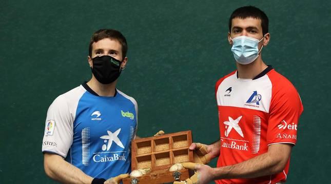 Iñaki Artola y Beñat Rezusta posan con las cuatro pelotas que seleccionaron para su semifinal.