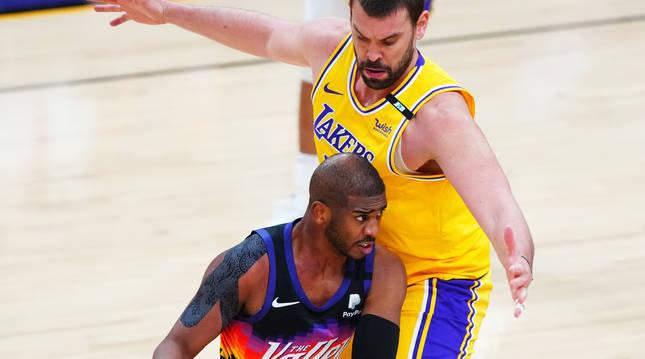 Marfc Gasol, que volvió a tener minutos con los Lakers, trata de frenar al jugador de Phoenix, Chris Paul.