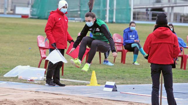 Una atleta en Larrabide durante la celebración de los Juegos Deportivos de Navarra.