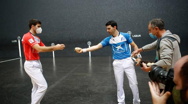 José Javier Zabaleta recibe una pelota de Jokin Altuna en presencia del seleccionador de material, Martín Alústiza, en el frontón Bizkaia.