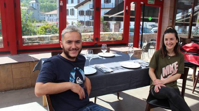 Iban Blanco y Maitane Barberena, en el comedor de la terraza del asador Montxo, en Urdax.