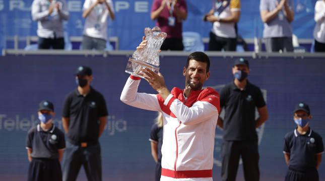 Novak Djokovic levanta el trofeo del torneo de Belgrado.
