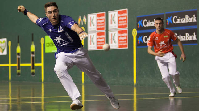 Peio Etxeberria resta una pelota en el transcurso de un partido anterior.