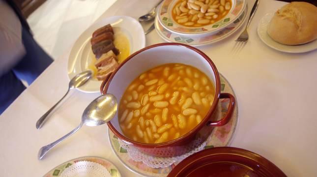 Vista del plato de fabada del restaurante La Consistorial, ganador del premio La Mejor Fabada del Mundo 2021 en Mieres, Asturias.
