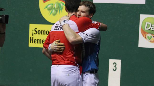 Iñaki Artola se abrazó efusivamente con Beñat Rezusta al término del partido, después de sacar el pasaporte a su primera final mano a mano.