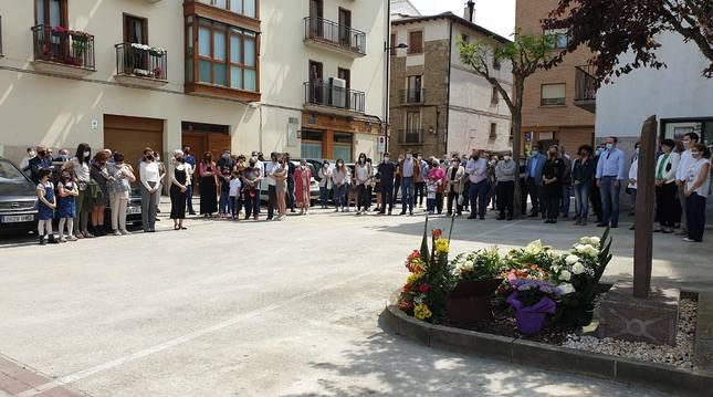 Sangüesinos, autoridades locales y forales, y distintos cuerpos policiales arroparon ayer en Sangüesa a las familias de Julián Embid y Bonifacio Martín.