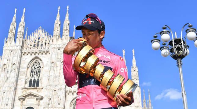 Egan Bernal con el trofeo del Giro de Italia frente a la catedral de Milán.