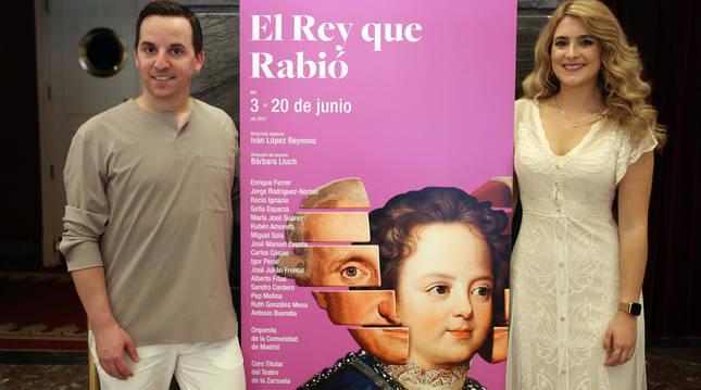 Igor Peral y Sofía Esparza, posando ayer junto al cartel de la zarzuela El rey que rabió.
