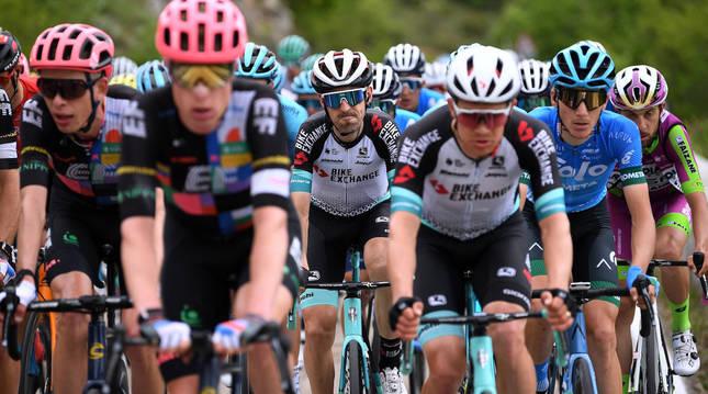 Nieve, en el centro, en una de las etapas del pasado Giro de Italia en el que se ha vaciado por Yates.